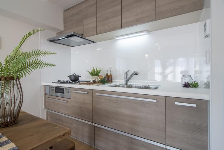キッチンは人造大理石のトップで、拭き掃除のしやすいクリナップ製システムキッチンを設置