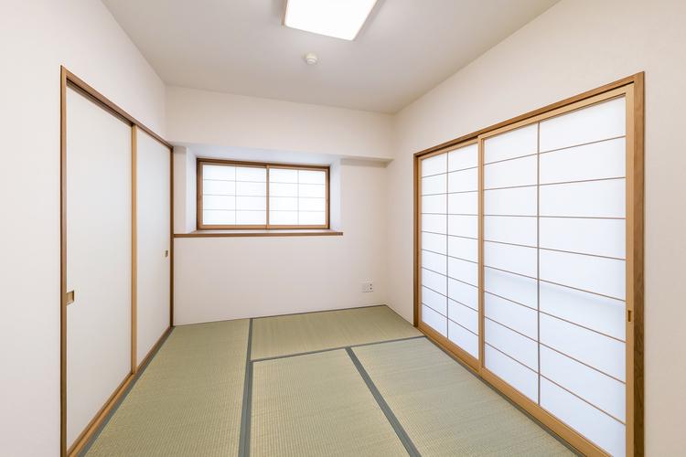 約6.3帖の和室には、障子のある窓から陽が射します