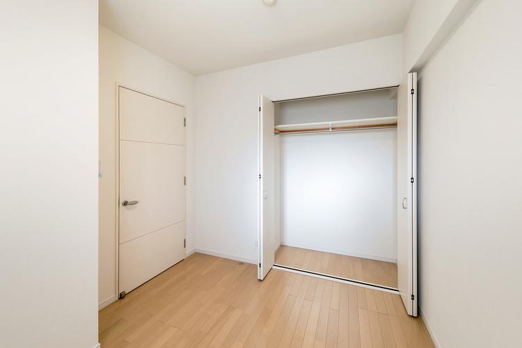 クローゼットつきの洋室2 約4.7帖は南西向きの明るい室内です。