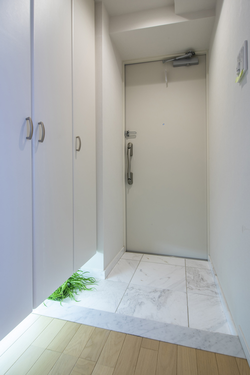 白を基調とした玄関にはシューズボックスが備え付けです