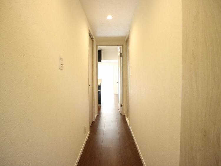 玄関を開けると、明るい日が差し込むリビングへと誘う廊下。一日あったいろんなことを胸に帰る我が家。幸せな空間が待っています。