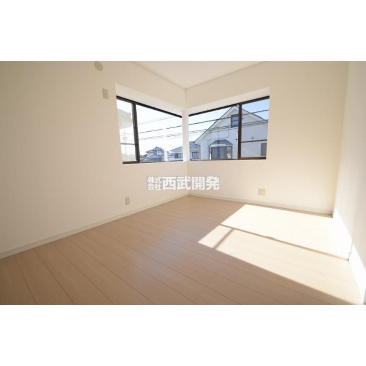 【洋室】南側に面した洋室は日当り・通風ともに良好です!明るい部屋はそれだけで気分が晴れやかになります。