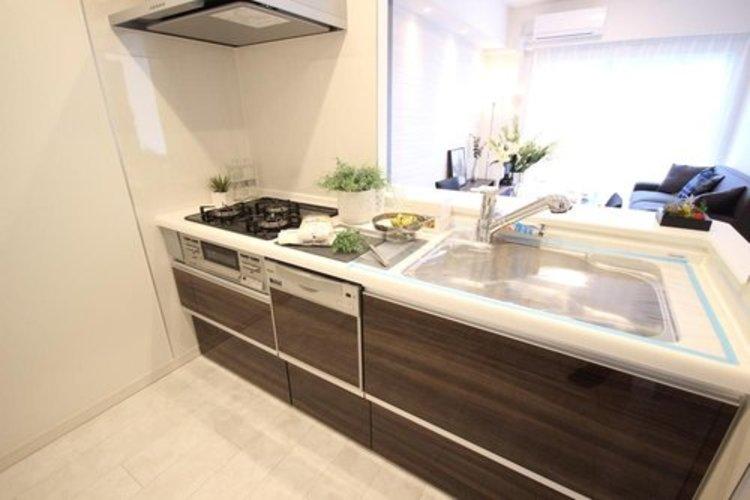 キッチンは家族の絆を育む大切な空間。シンプルで使い易いシステムキッチンで愉しく作る料理は愛情のある美味しいご馳走に。家族で使える対面式キッチンです。
