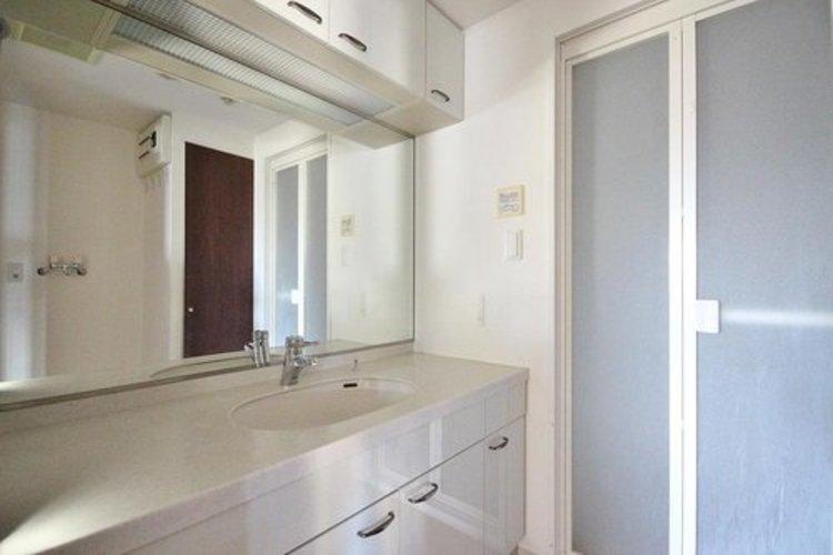 ホテルをイメージさせる高級感漂うワイドなミラーを装備したパウダールームで、どんな女性も貴婦人に。