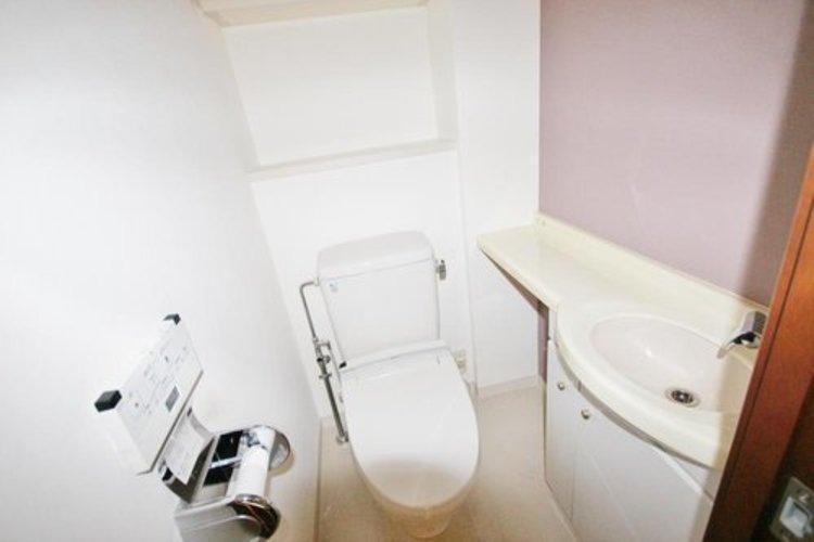 白を基調とした清潔感の高いお手洗い。サイドに手洗いもついておりますので、とても便利です。