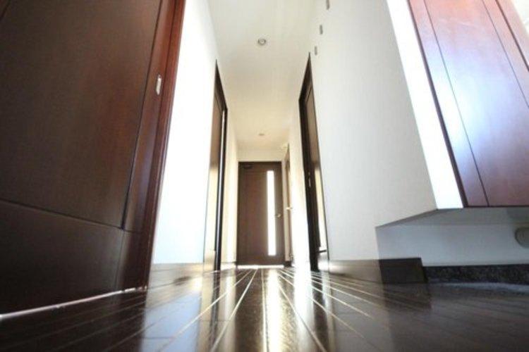 上質感漂う玄関。居住者の帰り、訪れる方を優しく迎える安らぎに満ちた生活空間を予感させる。健やかな暮らしを楽しめそう。