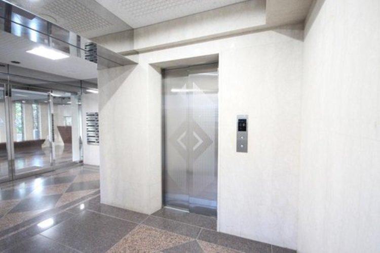 共用部は、シルバーを多様した豪華な雰囲気漂う造りこみで、お部屋への期待感もボリュームアップ。