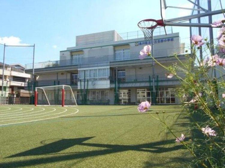 第三日野小学校まで818m。子どもに開いた、楽しい、生きがいのある学校にするとのことです