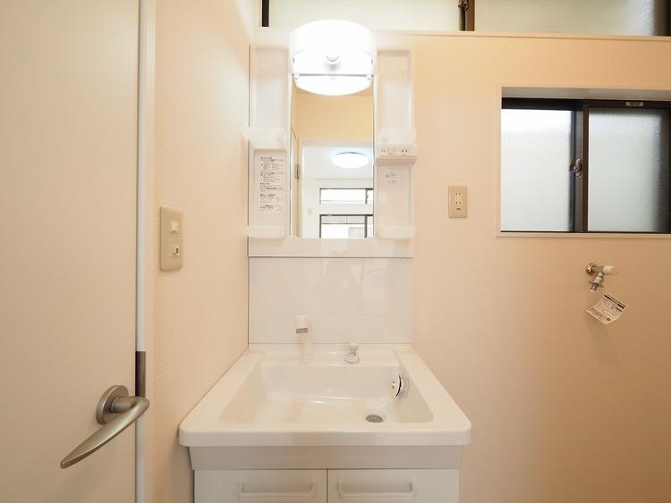 小窓からの光で明るい洗面室。新しい朝がここから始まる。