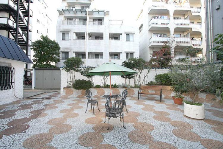 マンションの敷地が広いためアプローチや中庭がございます。