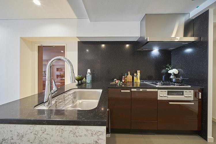 L字型のキッチンはカウンター部分もあり 広々とした空間です。 大理石調のデザインも高級感がございます。