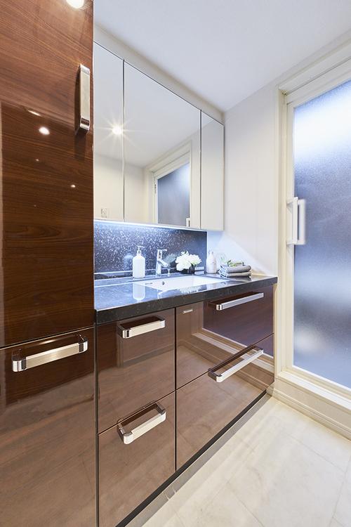 収納スペースのたくさんある独立洗面台です
