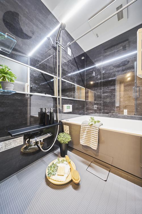 黒が基調のおしゃれなデザインの浴室です。