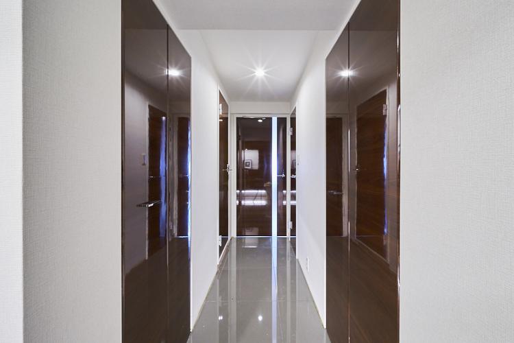 廊下も光沢感がございます。