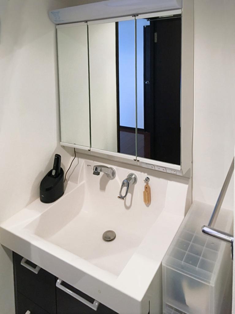 三面鏡タイプの洗面化粧台で、裏側には化粧品等が収納できます。