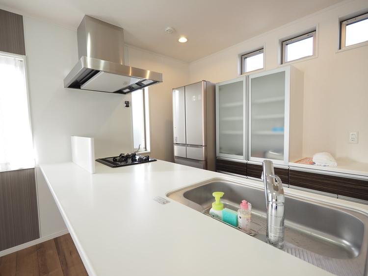 奥様が長い時間を過ごすキッチンは、使い勝手の良い家事動線が大切です。