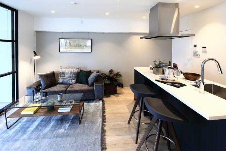 リビングダイニングキッチンは約12.8帖のゆったりした空間に、ブラックやグレーの高級感のある家具を配置しました。