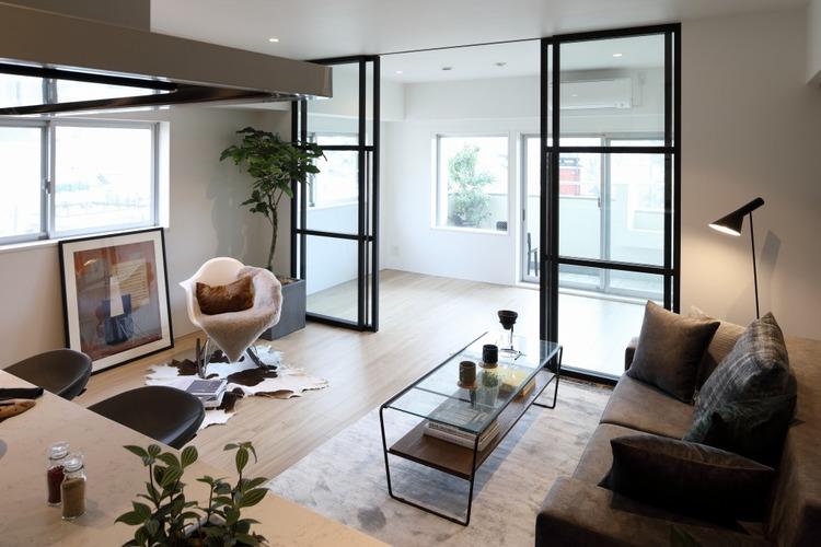室内は窓から射す日差しで明るく照らされ、おしゃれな空間を演出します