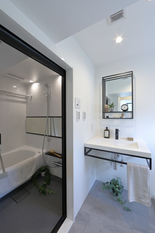 脱衣所にもなる洗面所は白を基調とし、明るくおしゃれな空間です。