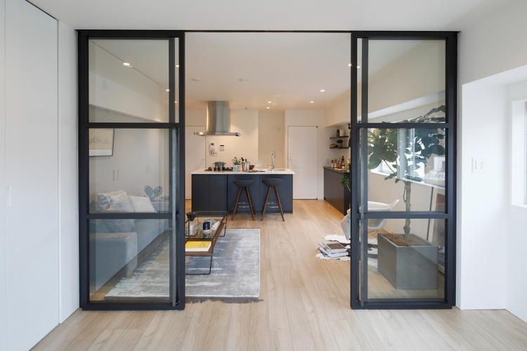 洋室とリビングはガラス張りのドアを一枚隔てているだけなので、開けておけば出入りがしやすく一室として利用できます。