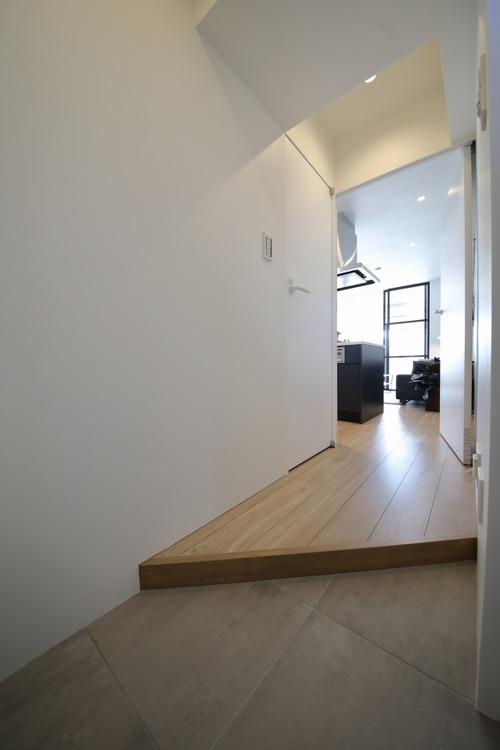 玄関からリビングへのアプローチは、木のぬくもりを感じる廊下です