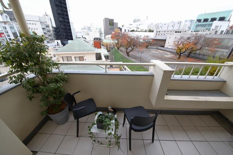 バルコニーにテーブルを配置しているので、景色を見ながらティータイムを楽しむことができます。