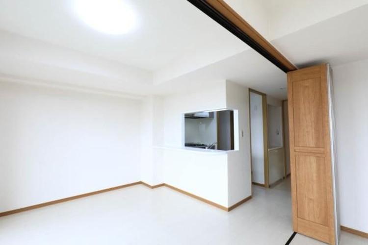【リビング】インテリアショップで見掛けた「あの家具」も置ける、ゆったりとした空間。時に広さが上質な寛ぎの時間になる事も。