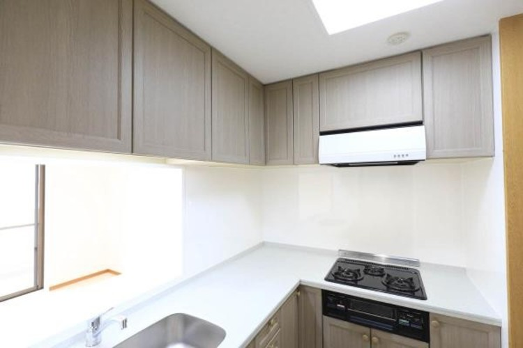 【キッチン上部収納】普段使用しない大き目なキッチン用品などをしまえるスペースとして活用できます。