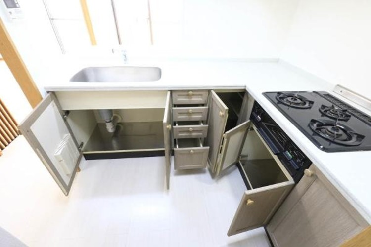 【キッチン収納】調理器具や食器などの小物がいっぱいのキッチン。少し気を抜くとすぐにごちゃごちゃしてしまいますよね。そんなお悩みをスッキリ解決してくれるものが、キッチン収納です。