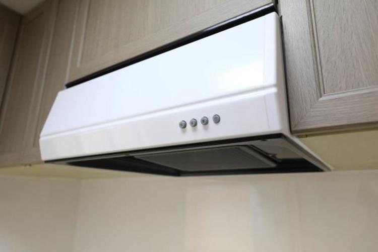 【レンジフード】調理の際に発生する汚れた空気(二酸化炭素、油煙、水蒸気、ニオイなど)を、ダクトを通して屋外に排出しています。
