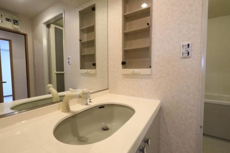 【洗面台】十分な大きさの洗面台は、身だしなみチェックや歯磨きなど、朝の慌ただしい時間でもホテルライクなスペースで余裕とゆとりを感じて頂けます。