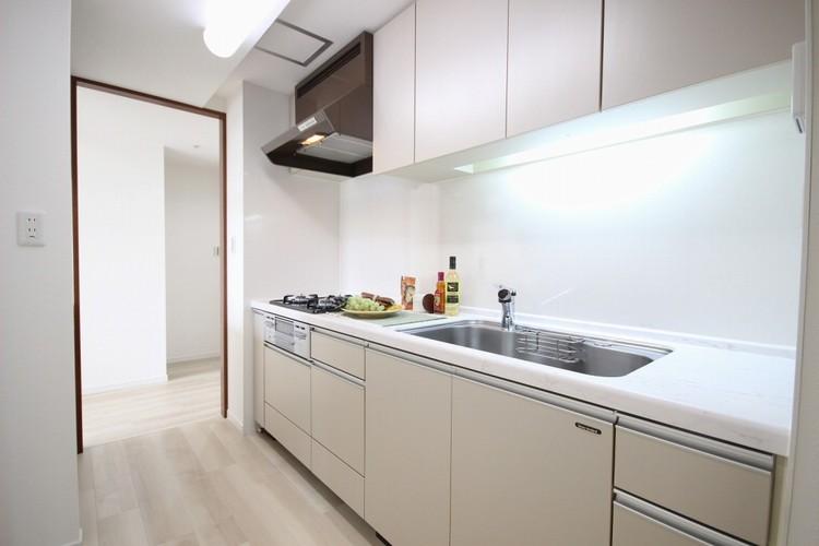 【キッチン】三口コンロで料理の幅を拡げてくれる使いやすいシステムキッチンを採用。洗い場も大きいので野菜や食器を洗ったりする際にも捗り、奥様の強い味方となってくれるはずです。