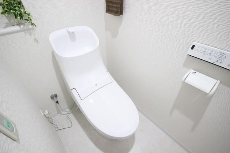 【トイレ】いつまでも清潔な空間であって頂けますように、目に留まるだけではなく、汚れをふき取り易いフロアと壁紙をチョイス致しました。