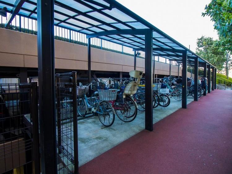 駐輪場があるので、自転車を自由に出し入れ出来て便利です。