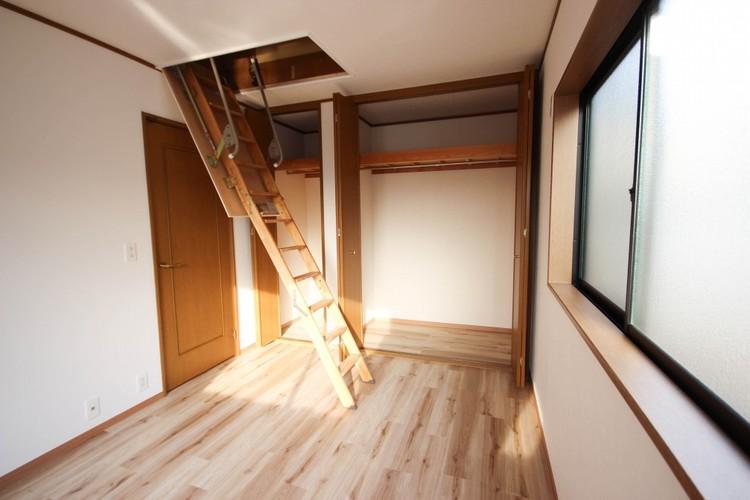<グルニエ(屋根裏収納)>縦空間を有効に活用する一戸建てならではの屋根裏収納。捨てられない思い出の品、オフシーズンの洋服や旅行用のスーツケースなど使用頻度の少ないものの収納に最適です。
