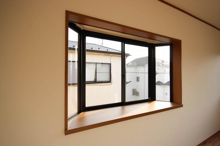 <出窓>部屋に光をたくさん取り込める出窓。季節の小物を置いたり、観葉植物の指定席にもいいですね。