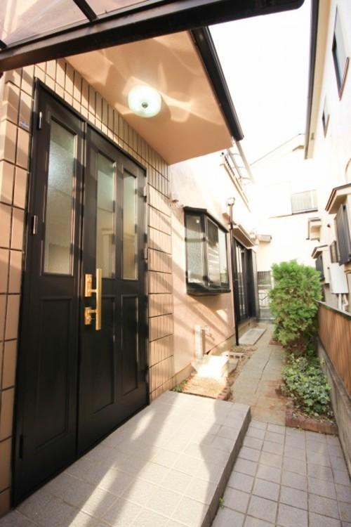 <玄関: あふれる存在感。それが玄関の質感です。>街の風景に溶けこむシンプルな玄関のカタチ。バランスがとれたハイクオリティなデザイン。玄関は存在感あふれる質感があります。