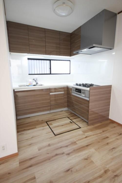 <L字キッチン>L型キッチンの特徴は、調理などの作業スペースを広くとれる点でしょう。特にコーナーとなる部分には大きなお皿や調理済みのお鍋などをいくつも置く余裕があるため、大変便利です。