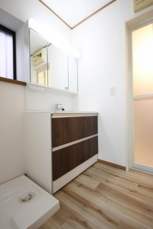 <洗面台※窓付>家の中でも特にプライベートスペースとなる洗面所は、洗濯場所と浴室を同じ空間でまとめております。小窓を設置しておりますので、熱気などが籠りやすい空間でちょっとした空気の入れ替えを。