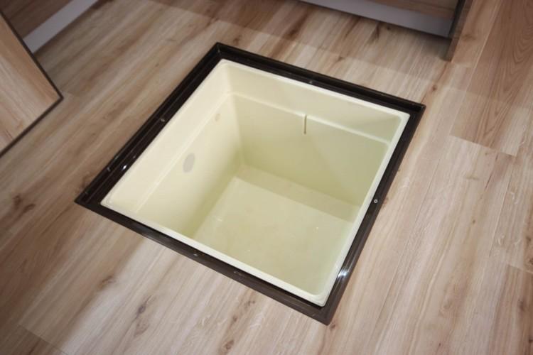 <床下収納>手づくりの梅干しや熟成中の果実酒、使う季節が限られる土鍋や重箱など、頻繁に出し入れしないものをしまうのに便利。カゴで2段に分けたり、上部にラベルを貼ればわかりやすく整理できます。