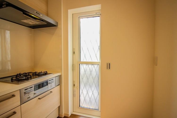 便利な勝手口:風通しや換気が良くなり、暗くなりがちなキッチンは勝手口から差し込む光で明るくなります。