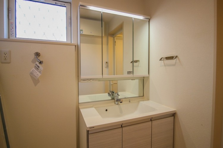 見やすくて使いやすい鏡を備えた洗面台は、お肌のお手入れなどのスキンケアに適しています。収納スペースも多くしてあり、スッキリとした空間を創っています。