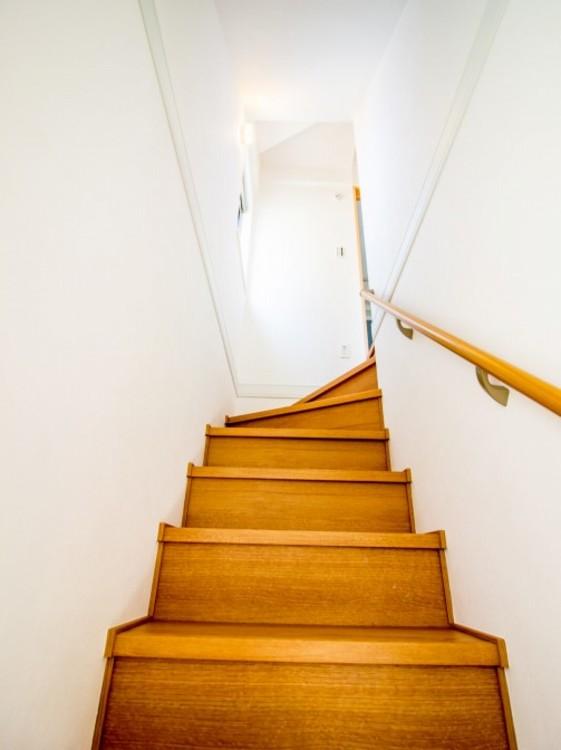 昇り降りし易い手すり付階段。
