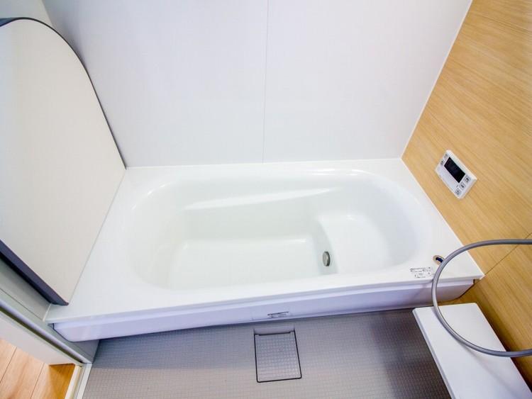 追い炊き機能付きオートバス。安定した温度で、いつでも快適に入浴できます。ゆったりくつろげ、一日の疲れを癒す快適設計の浴室。