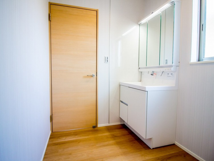 明るく機能的な洗面台。ランドリースペースも含めた脱衣所。