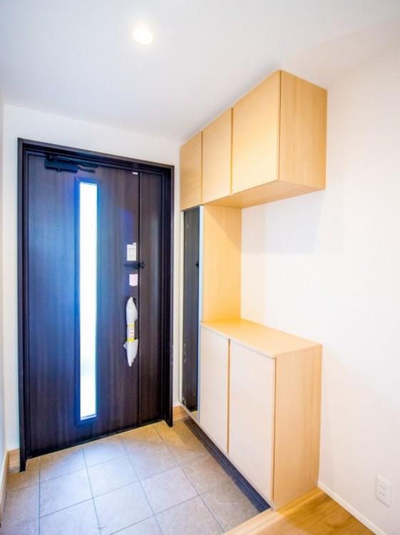 玄関はご家族はもちろんお客様をお迎えする大切な空間です。素敵な玄関でお迎え下さい。玄関収納 家族みんなの靴収納もキレイに収まります。