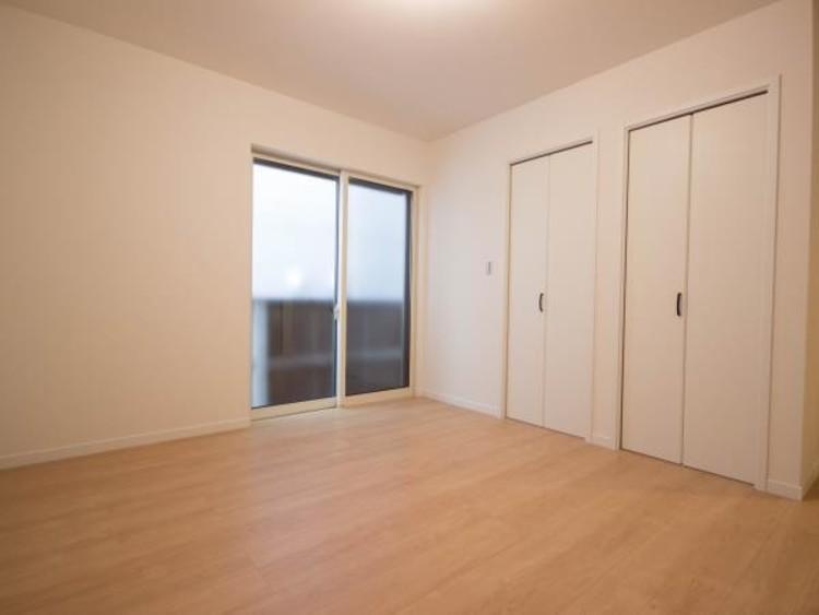 <リビング以外の居室>独立性を高めたお部屋。たっぷりの収納も配備しており、片付いた空間を現実出来そう。陽光も降り注ぐ明るく開放的な空間が魅力的。