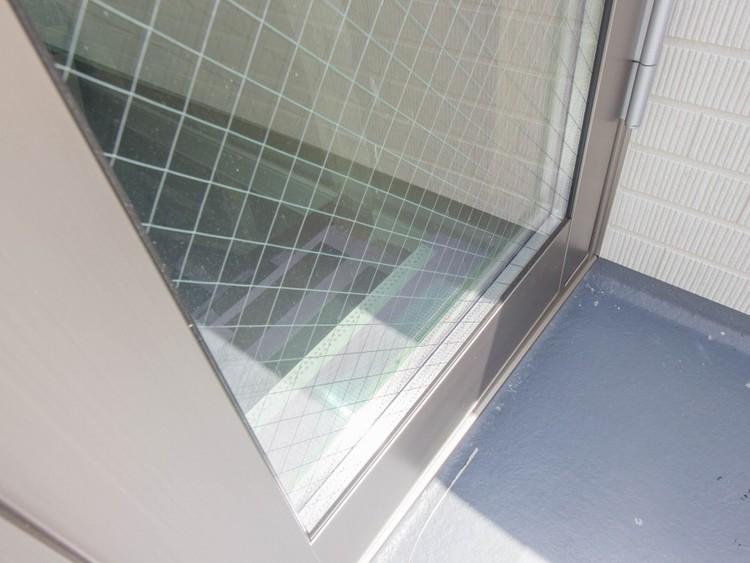 <ペアガラス>外気温の影響を受けにくいため、冬は暖かく、夏は涼しいペアガラス。冷暖房の効果が高まり、光熱費を節約できます。結露が出にくいため拭き掃除の手間がなくなり、カビ予防にも役立ちます。