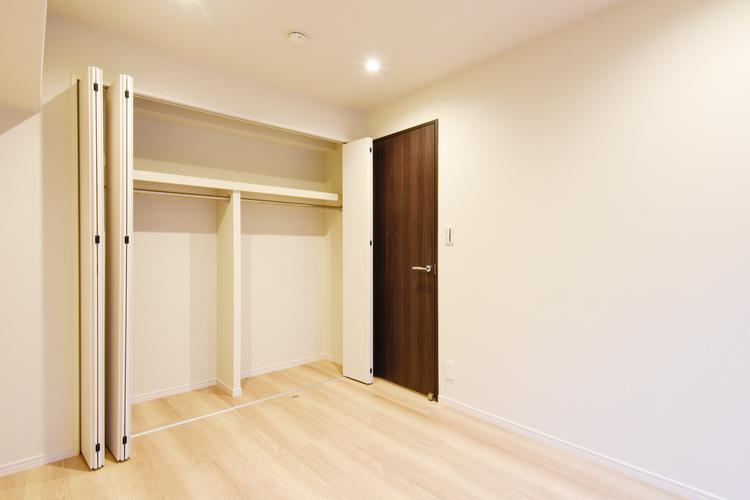 洋室1 約6.0帖は開口部の大きなクローゼットつきです