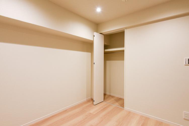 書斎にちょうど良い約4.5帖のクローゼットつきの洋室2